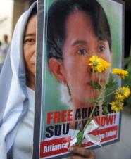 Una activista lleva el retrato de la disidente birmana
