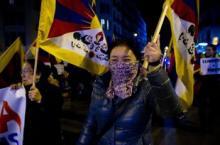 Manifestació a Barcelona, ahir, per commemorar el centenari de la declaració d'independència del Tibet Foto: ALBERT SALAMÉ.