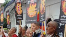 Tibetanos en una protesta en Taipei, Tailandia, en 2011 con retratos de personas que se autoinmolaron.