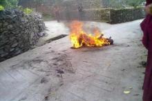 FOTO: El monje tibetano Lobsang Lozin se prende fuego para protestar. | E.M.