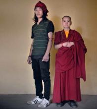 Kunga Negi, estudiante de 23 años, ya la monja budista Shi Yaoxin, de 31, en el templo mayor de Dharamsala.