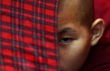 FOTO: Un monje busdista tibetano celebra el cumpleaños del Dalai Lama el 6 de julio en el monasterio Manag de Kahmandú (AFP/Archivo, Prakash Mathema)