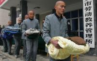 Presos del campo de trabajos forzados X'ian, en la provincia de Shaanxi, hacen cola para recoger edredones en noviembre de 2006. / Lan Shan (Zuma Press)