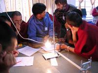 Monjes tibetanos abordan la ciencia en las montañas de la India