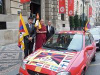 El primer ministro tibetano Lobsang Sangay, el Lama Thubten Wangchen y el director de la Casa del Tibet de Ginebra, Seten Samdup, posan con la Llama de la Verdad y el coche de la campaña en Praga, República Checa.