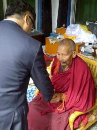 Embajador F. Gary Locke en una fotografía con un monje tibetano en China.