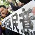 Un manifestante clama por la libertad de prensa a las afueras del grupo dueño de Nanfang Zhoumo. / AFP