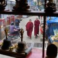 Calle de Dharamsala, vista desde una tienda artesanía. / L. VALLECILLOS