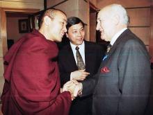 Antón Aurre, con representantes del gobierno del Tíbet