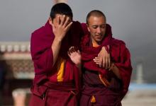 Dos monjes tibetanos, el pasado 14 de septiembre en el monasterio de Ganden Sumtsenling, en Shangri-La, al suroeste de China. (AFP/Archivos, Dale de la Rey)