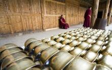 Boles de bronce utilizados en ceremonias religiosas en el monaserio de Labrang (China). / Z. ALdama
