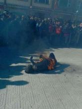 El cuerpo de Tsering Phuntsok arde en el suelo delante de la estación Drachen de la policia china en la región de Khyungchu, al este de Tibet, el 18 de enero del 2013.